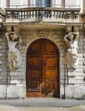 Trädörringång till 19th århundradebyggnad i Milan Arkivbild