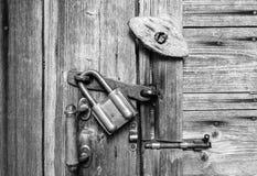 Trädörryttersida med handtaget, gammal hänglås, gammal metall och trä låser abstrakt svart white för designillustrationtextur Royaltyfria Foton