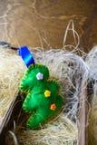 Träd av filt i en träask med sugrör, nytt år arkivfoto