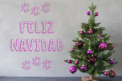 Träd cementvägg, text Feliz Navidad Means Merry Christmas Royaltyfri Bild