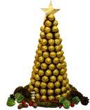 Träd för Ð-¡ hristmas av guld- choklader på vit bakgrund Arkivfoto
