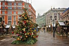 Träd för Ð-¡ hristmas på gatamarknaden Royaltyfri Bild