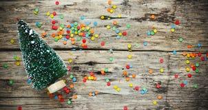 Träd för jul för julbegreppsbakgrund dekorativt på gammal träbakgrund arkivfoton