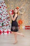 Träd för nytt år för bakgrund för jul för skönhetmodekvinna Sexig flicka för Vogue stil Ursnygg kvinnlig i lyxig klänning på Xmas royaltyfria foton