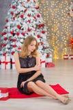 Träd för nytt år för bakgrund för jul för skönhetmodekvinna Sexig flicka för Vogue stil Ursnygg kvinnlig i lyxig klänning på Xmas royaltyfri foto