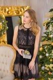 Träd för nytt år för bakgrund för jul för skönhetmodekvinna Sexig flicka för Vogue stil Ursnygg kvinnlig i lyxig klänning på Xmas arkivbilder