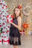 Träd för nytt år för bakgrund för jul för skönhetmodekvinna Sexig flicka för Vogue stil Ursnygg kvinnlig i lyxig klänning på Xmas royaltyfri fotografi