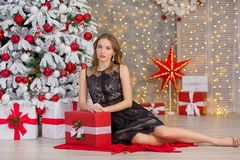 Träd för nytt år för bakgrund för jul för skönhetmodekvinna Sexig flicka för Vogue stil Ursnygg kvinnlig i lyxig klänning på Xmas arkivbild