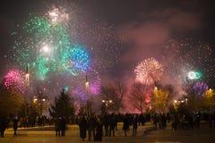 Träd för nytt år, fyrverkerier för nytt år, eldfluga för nytt år, julfyrverkerier, bokehljus för nytt år, ferieeldfluga, feriefyr royaltyfri fotografi