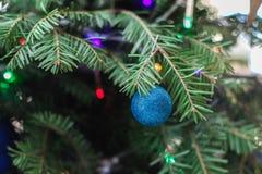 Träd för nytt år med att falla för snö för leksakcloseupjulkort Royaltyfri Foto