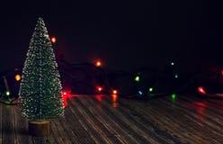 Träd för nytt år på en mörk bakgrund med girlanden royaltyfri bild