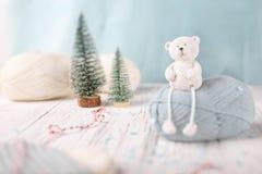 Träd för två jul med sockor på det vita träskrivbordet Fotografering för Bildbyråer