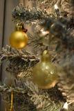 Träd för vit jul med guld- garnering Arkivbilder