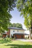 Träd i en trädgård av ett modernt hus Verkligt foto royaltyfri bild