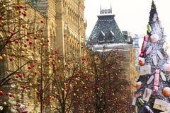 Träd i julpynt röd fyrkant moscow Arkivfoto