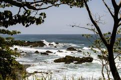 Träd inramad seascape Costa Rica Royaltyfria Bilder
