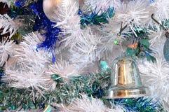 Träd, julbollar och glitter Arkivfoto