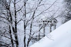 Träd med filialer som täckas av frost och gazeboen Royaltyfria Bilder