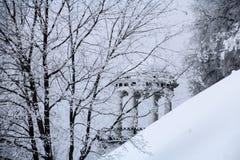 Träd med filialer som täckas av frost och gazeboen Royaltyfri Foto