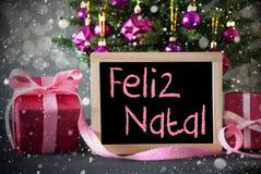 Träd med gåvor, snöflingor, Bokeh, Feliz Natal Means Merry Christmas Royaltyfria Foton