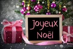 Träd med gåvor, snöflingor, Bokeh, Joyeux Noel Means Merry Christmas Arkivbild