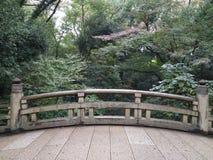 Träd och bro arkivbild