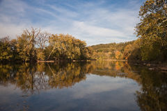 Träd som reflekterar i den Shenandoah floden Arkivbild