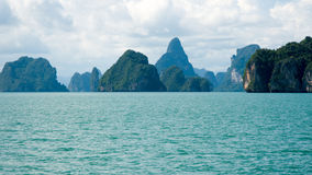 Träd täckte öar på den Phang Nga fjärden Arkivbild