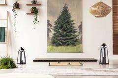 Trädaffisch på väggen, lamporna, växterna, det mattt för tatami och madrassen royaltyfri fotografi
