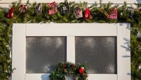 Trädekorativa julferiegåvor och gåvor och rött s royaltyfria foton