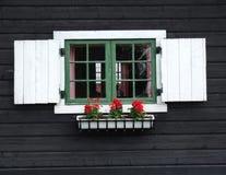 trädekorativt fönster för kabin Arkivfoto