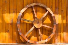 Tr?dekorativt hjul royaltyfria bilder