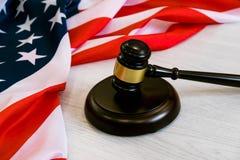 Träden domareauktionsklubban och soundboarden som lägger över USA, sjunker Hammare och auktionsklubba Amerikansk lag och rättvisa Arkivbilder