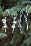 Trädet för Ð-¡ hristmas dekorerade med textilleksaker & x28; fluga & x29; Arkivfoto