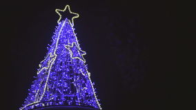 Trädet för det nya året som dekoreras med dioder, slösar ljus arkivfilmer