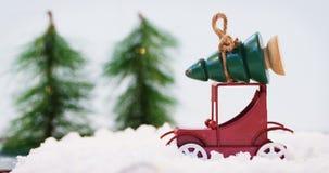 Trädet för jul för leksakbilen fejkar det bärande på snö lager videofilmer