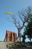 Trädet kyrka fördärvar och paraglideren Fotografering för Bildbyråer