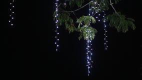 Trädet som hängs med hängande girlander som bakgrund är kan det använda julillustrationtemat lyckligt nytt år lager videofilmer