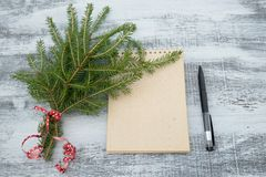 Trädfilialer och notepad på träbakgrund arkivfoton