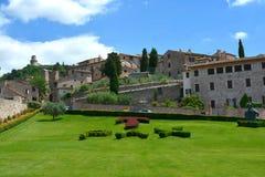Trädgård av basilikan San Francesco, Assisi/Italien Royaltyfria Foton