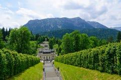 Trädgård av den Linderhof slotten i Tyskland Arkivfoto