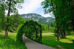 Trädgård av den Linderhof slotten i Tyskland Arkivbild