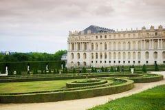 Trädgård av den Versailles slotten och slottbyggnad Royaltyfri Bild