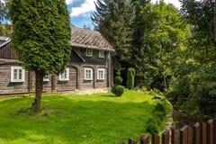 Trädgård av det gamla trähuset i traditionell tjeckisk by arkivbild