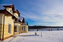 Trädgård av det privata huset i vinter Arkivfoto