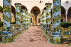 Trädgård av Santa Clara Monastery i Naples, Italien royaltyfria bilder