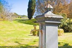 Trädgård för drinkspringbrunn offentligt - bild med kopieringsutrymme fotografering för bildbyråer