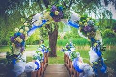 Trädgård för garnering för brölloplyckaport med blommor Fotografering för Bildbyråer