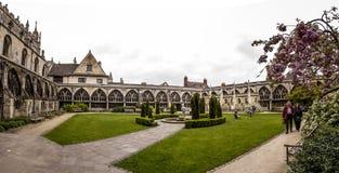 Trädgård för Gloucester domkyrkakloster fotografering för bildbyråer
