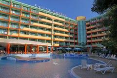 TRÄDGÅRD för hotell KALINA på den soliga stranden Arkivbilder